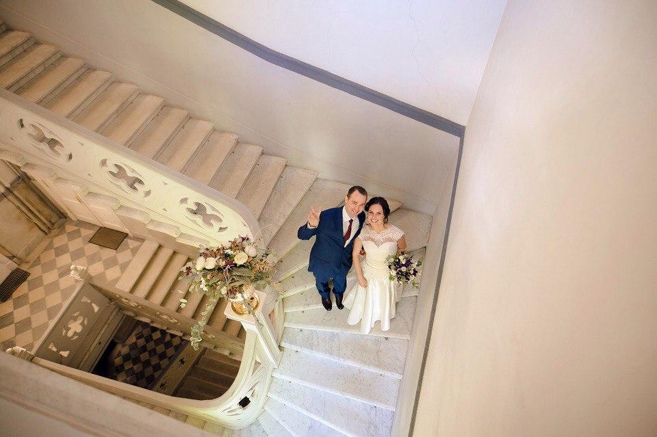 свадебная фотосессия на парадной лестнице