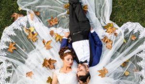 свадебная фотография с осенними листьями